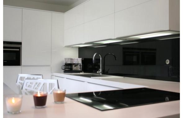 Mod le qu bec en laque blanche brillante cuisines design for Modele cuisine noir et blanc